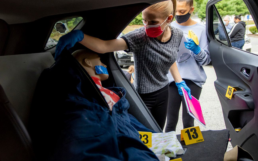 Acting as Forensic Scientists, Students Gain Hands-On Experience in Mock Crime Scene on Campus